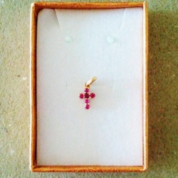cross-red-stones-18ct-gold-1.0x0.7cm-0.73g-cgc-pnd-00505-330
